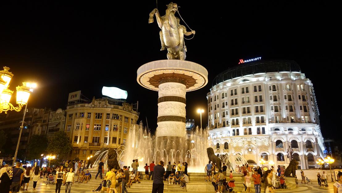 Szkopje és az ízlés két külön dolog, a gigantikus Nagy Sándor szobor mellett Miska huszár is eltörpül