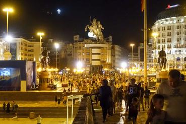 Este a főtéren megvan a balkáni utcabuli hangulat