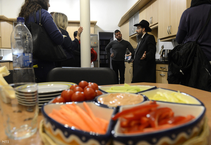Oberlander Báruch, a Budapesti Ortodox Rabbinátus vezetője a Chabad Lubavics irányzat magyarországi megteremtője haszid rabbi bemutatja otthonának konyháját Budapesten 2014. november 27-én.