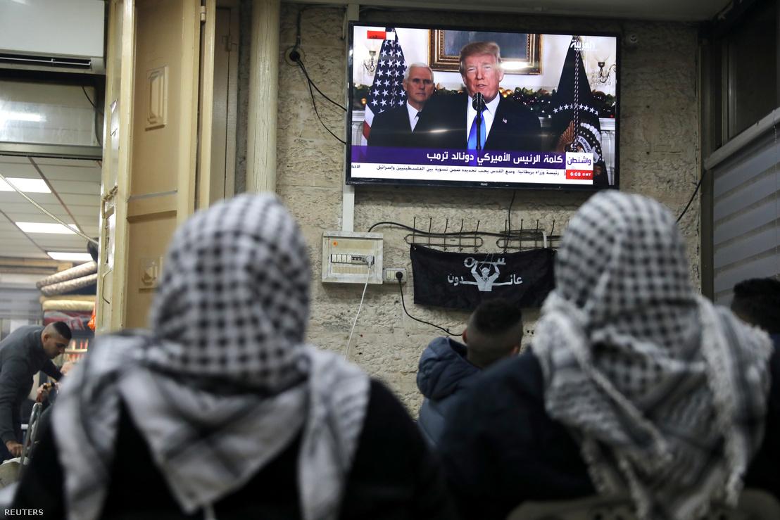 Palesztinok nézik Donald Trumpot a tévében, Jeruzsálem óvárosában