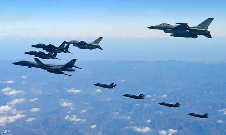 A dél-koreai védelmi minisztérium által kiadott felvétel az amerikaiakkal közös hadgyakorlotról