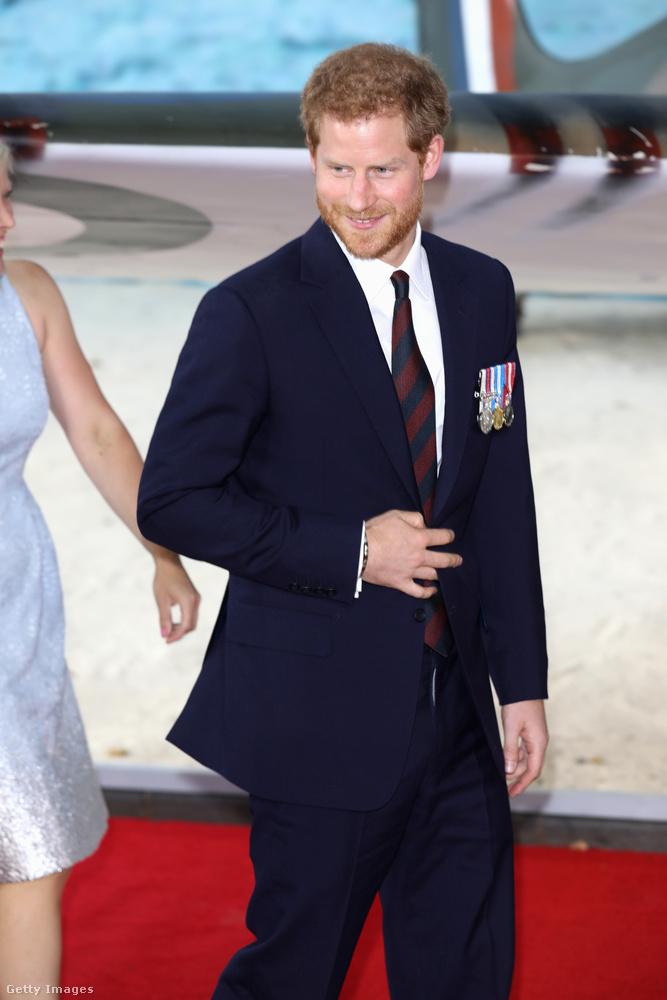 Na, látja már, hogy miről beszélünk? Ha nem, az se baj, most úgyis elmondjuk! Ha alaposan megnézte, Harry herceg az összes fotón a hasánál bedugja a kezét az öltönyébe.