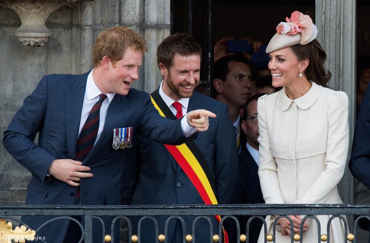 Először mutatunk néhány képet, amin csak azt kell megfigyelnie, hogy mi az, amit Harry herceg mindegyiken csinál.