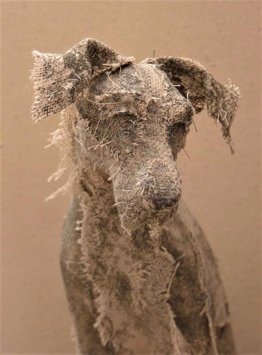 A brit művész törékeny, a tökéletlenség látszatát keltő, gyönyörű textil kutyaszobrokat hoz létre. Az egymásra rakott szövetdarabokat ragasztja, festi és varrja, létrehozva ezzel a természetes jelleget.