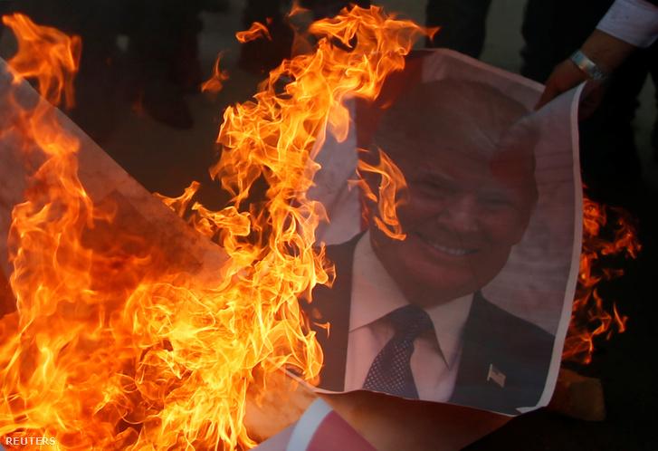 Palesztín tüntető Donald Trump képét égeti el Gázában 2017. december 7-én.