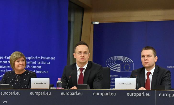 Szijjártó Péter külgazdasági és külügyminiszter (k) sajtótájékoztatót tart miután meghallgatást tartott a jogállamiság magyarországi helyzetérő az Európai Parlament belügyi állampolgári jogi és igazságügyi szakbizottsága (LIBE) 2017. december 7-én.