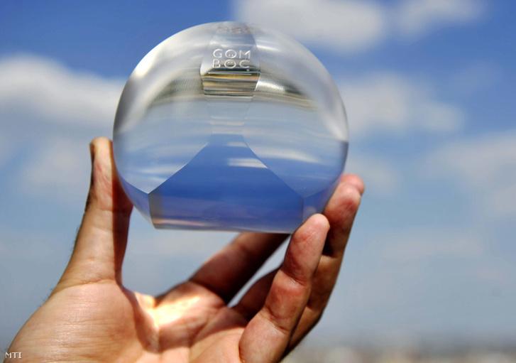 Tömör plexiből készült Gömböc. Domokos és Várkonyi Péter által kifejlesztett háromdimenziós testnek az a specialitása hogy két - egy stabil és egy instabil - egyensúlyi helyzete van. A Gömböc egy matematikai sejtés bizonyítása nyomán jött létre 2006-ban