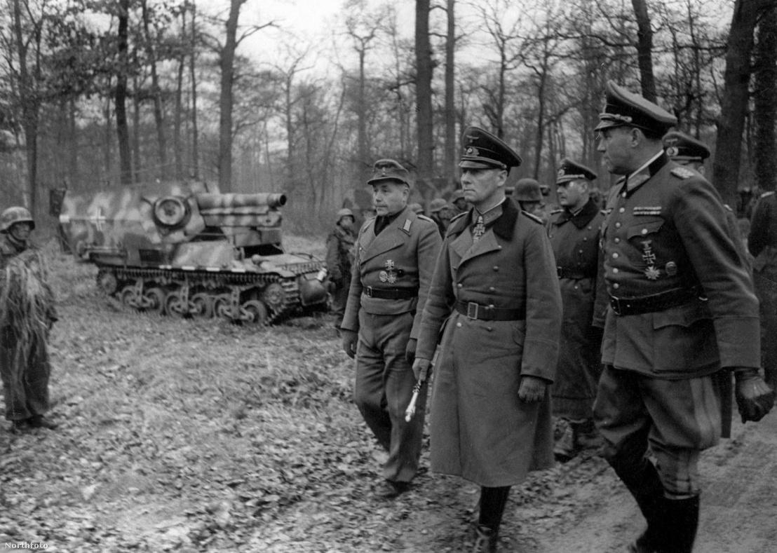 Erwin Rommel Észak-Franciaországban ellenőrzi a páncélos hadosztályt 1944-ben, mellette jobbra Edgar Feuchtinger tábornok