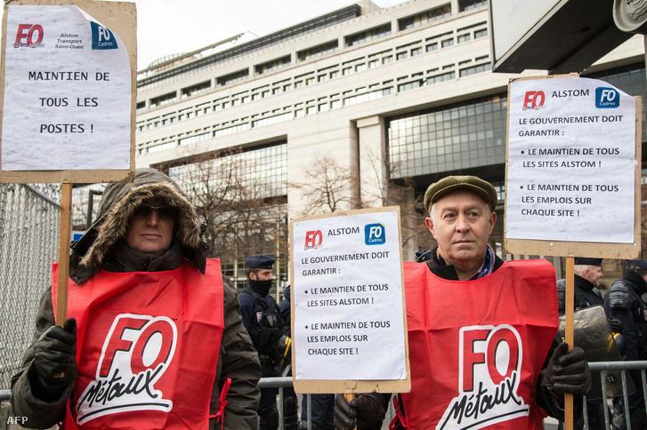 A GE tulajdonában lévő Alstom dolgozói demonstrálnak Párizsban a gazdasági minisztérium előtt 2017. november 30-án, miután a General Electric bejelentette, hogy leépítést tervez