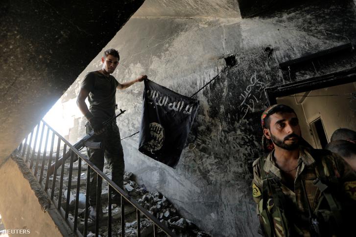 A Szíriai Demokratikus Erők katonái a visszafoglalt Rakkában 2017. december 4-én