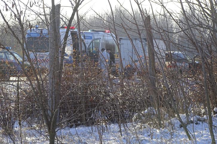 Rendőrök helyszínelnek az M5-ös autópálya csengelei pihenőhelyének kihajtójánál 2017. december 4-én.
