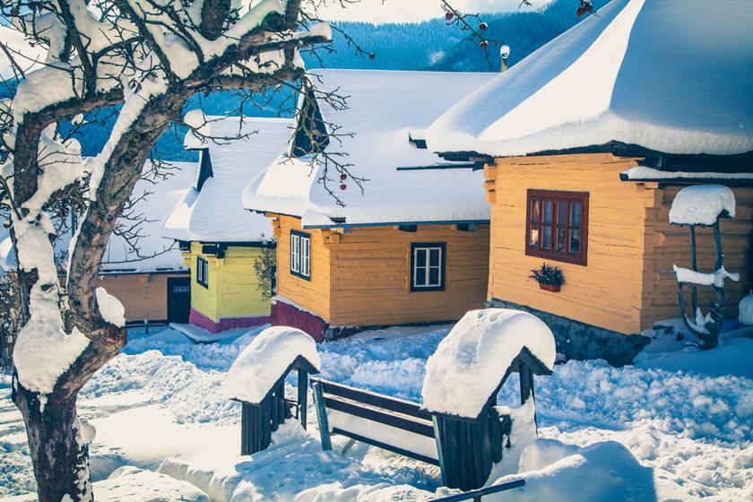 Vlkolínec egész Szlovákia talán legszebb faluja. A Világörökség részeként is nyilvántartott település közigazgatásilag Ružomberok része, ám több mint 45 hagyományos faházikója és barokk kápolnája különálló néprajzi kincs.