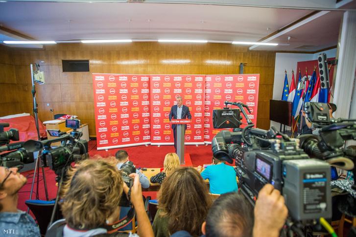 Molnár Gyula az MSZP elnöke sajtótájékoztatót tart az Országgyûlés Irodaházában 2017. október 2-án.