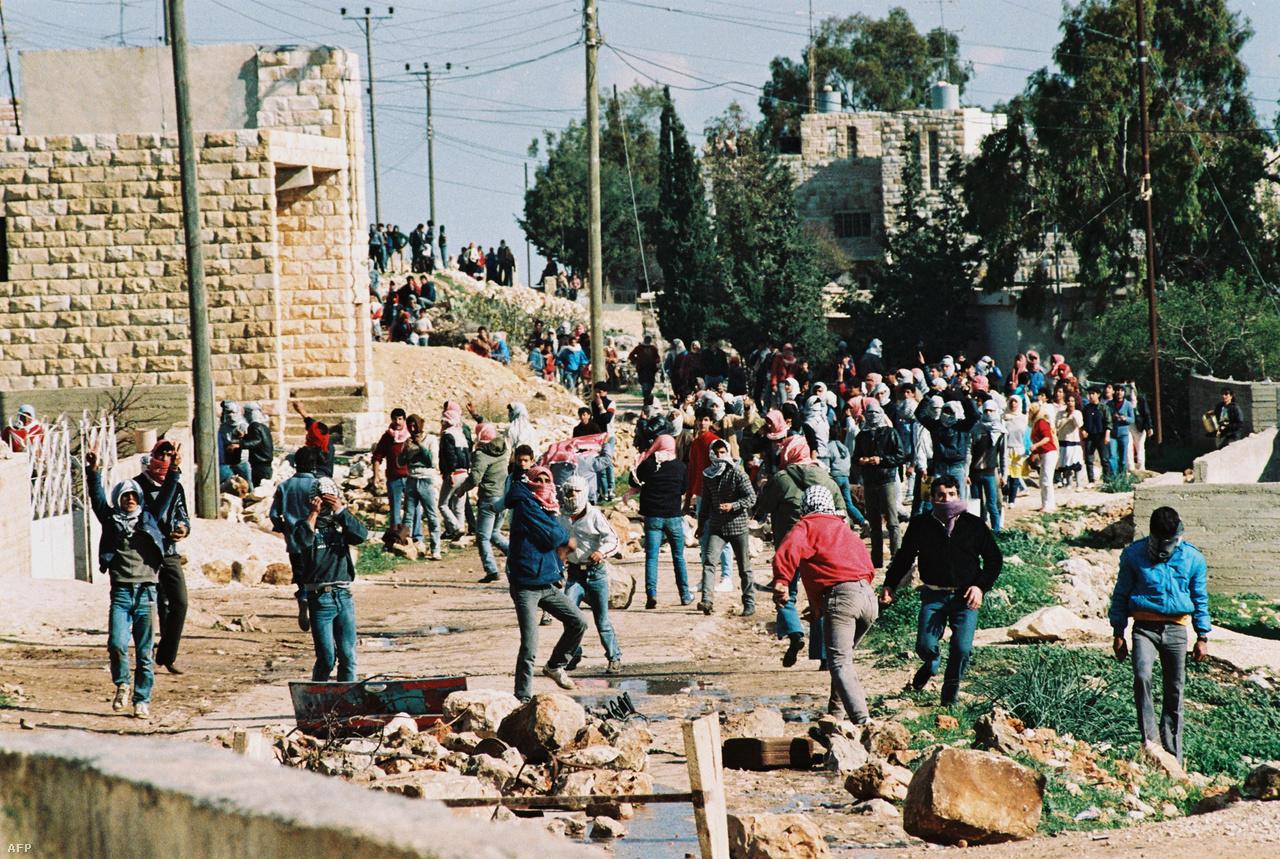 Az 1987-ben kirobbant első intifáda (az izraeli megszállás elleni palesztin felkelés) alatt az izraeliek ellen tiltakoztak a palesztinok a megszállt területeken, ez alatt jött létre a Hamász is. A palesztin csoportokat is egymás ellen fordító erőszakban több ezren haltak meg.