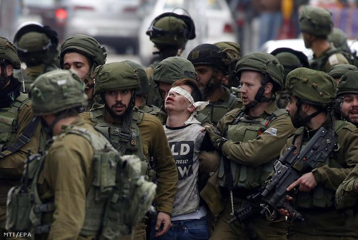 Izraeli rendfenntartók őrizetbe vesznek egy Amerika-ellenes palesztin tüntetőt a ciszjordániai Hebronban