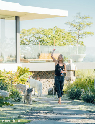 A színésznő volt olyan kedves és beengedett egy fotóst a 15 millió dollár értékű Bel Air-i villájába, ahol Justin Theroux-val él.