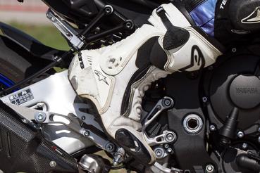 Az MT-10 lábtartóját csonkolt lábfejű gésákra tervezhették - kispiccelve beleér a sarok az utaslábtartóba