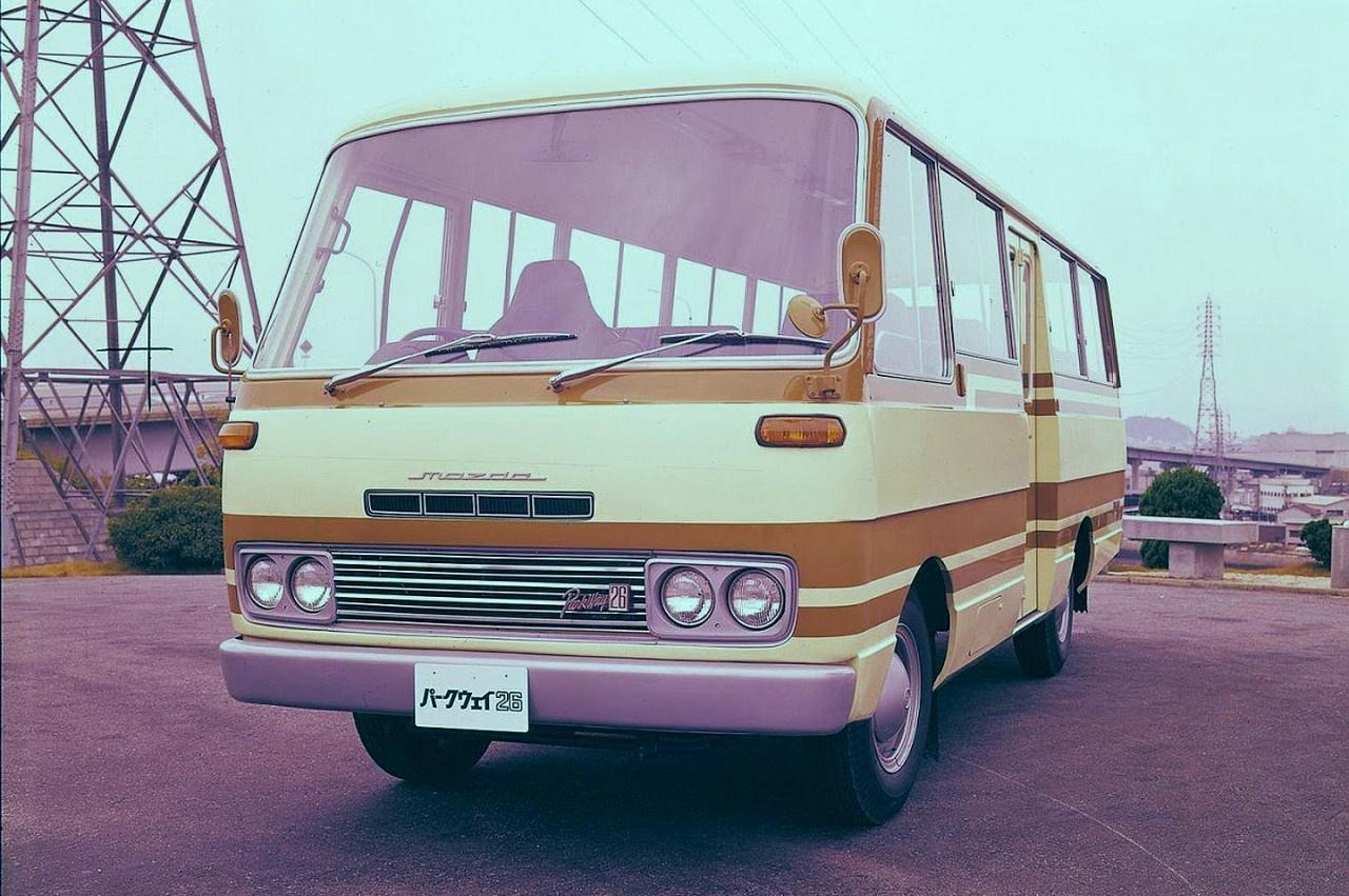 A Mazda nem csak az RX-ekbe szerelt Wankel-motort, hanem egy 1971-ben bemutatott minibuszba is, ami nem is volt annyira mini, hiszen 26 személyes volt, ami akkoriban nem sokkal maradt el egy nagy busz kapacitásától. A Rotary 26-osból azonban 1974-ig alig néhány darab készült, így ritkaságbaszámba megy egy-egy példánya, még roncs állapotban is egy kisebb vagyont érnek napjainkban.