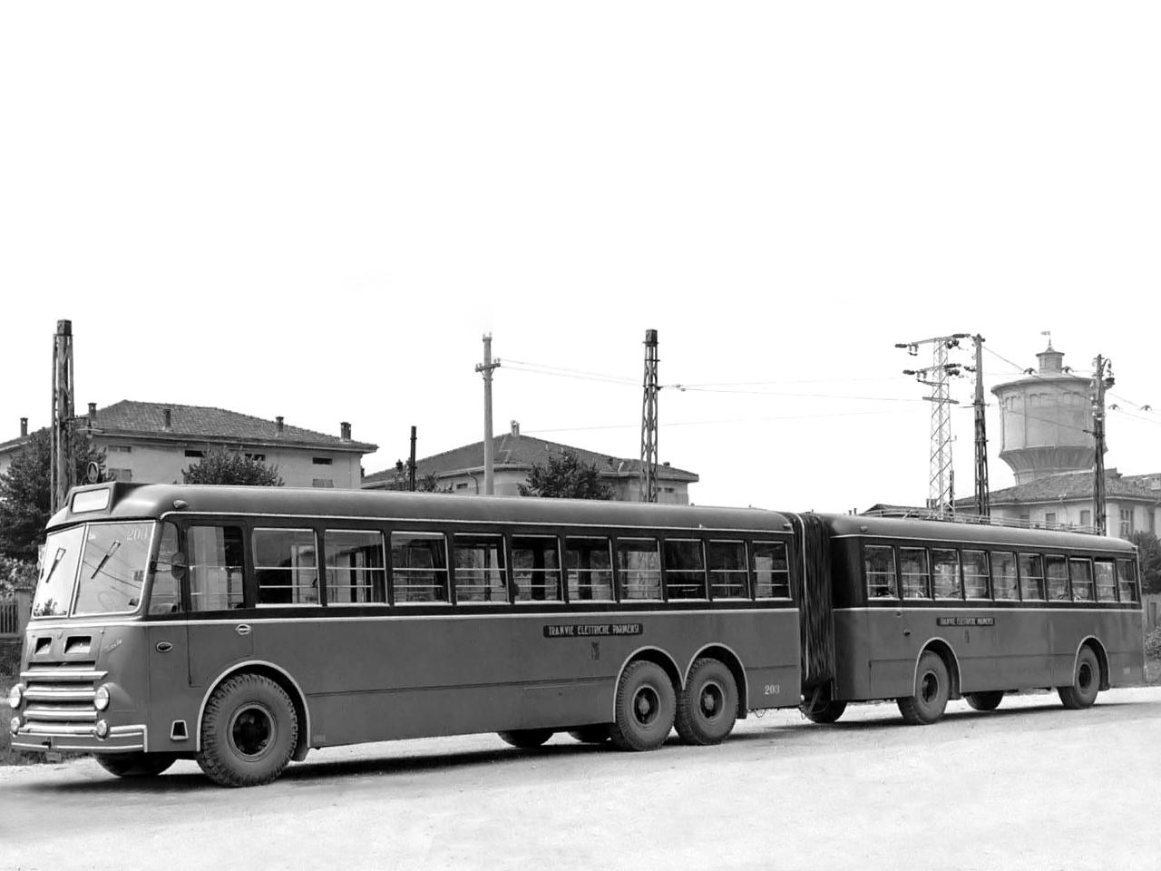 Az Alfa Romeo nemcsak távolsági buszokat gyártott, hanem városiakat is. A gázmotoros, 12,5 literes, 140 lóerős Alfa-motoros, háromtengelyes, 12 méteres és az öttengelyes, 22 méteres, csuklós A 140-esből 1953 és 1958 között összesen 137 darabot gyártottak három üzemegységben, a milánói ATM közlekedési vállalat részére.