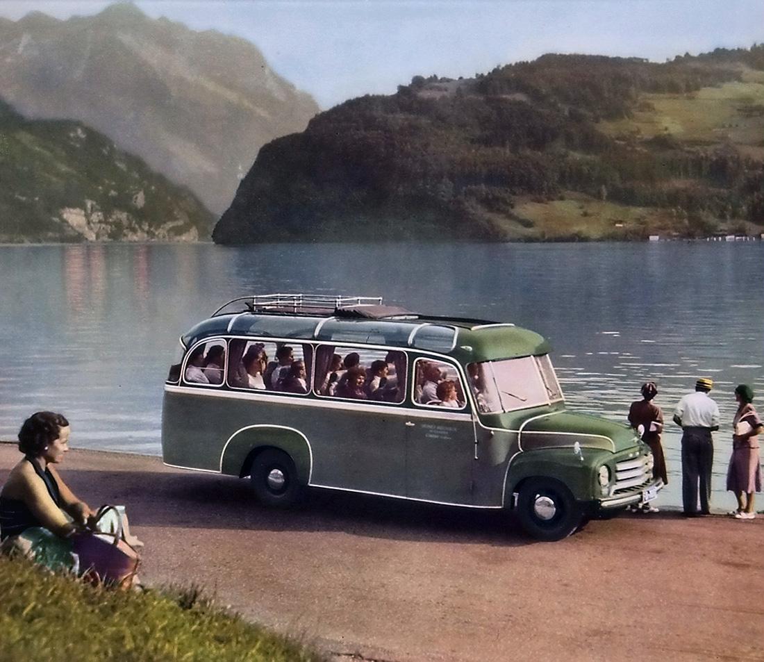 Az Opel Blitz a második világháború elnyűhetetlen teherautója volt, amelynek alvázát még a harmincas években tervezték és többszöri korszerűsítés után egészen a 80-as évek elejéig gyártották. Az Opel Blitz alvázára, azonos néven, több autóbusz is készült, mint például ezen a gyári képen látható 1953-as távolsági busz.
