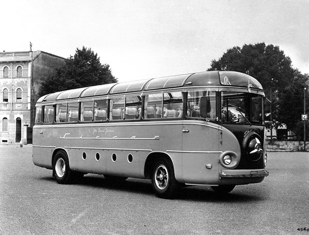 Alfa Romeo 902 A: a középre helyezett vezetőállású Alfa Romeo busz 11 méter hosszú és 40 férőhelyes volt. Egy 130 lóerős, 9500 köbcentis, hathengeres Alfa Romeo motor dolgozott benne. A különleges formájú típust 1957 és 1959 között gyártották.