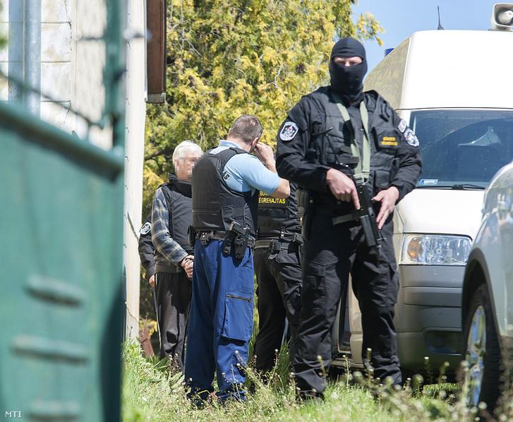 Győrkös István gyanúsítottat (b) vezetik el a rendőrgyilkosság bizonyítási eljárása végén Bőnyben 2017. április 25-én
