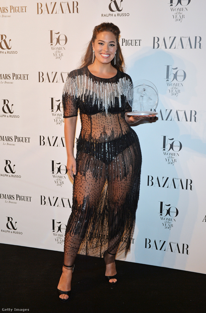 Áttetsző Marina Rinaldi ruha a plus size modellként ismert Ashley Grahamen a londoni Harper's Bazaar Women of the Year Awardson.