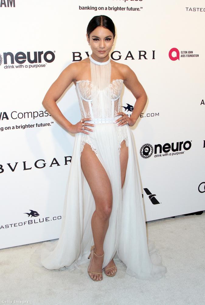 Kétoldalt felsliccelt fehér estélyi Vanessa Hudgensen az Elton John féle Oscar bulin Hollywoodban.