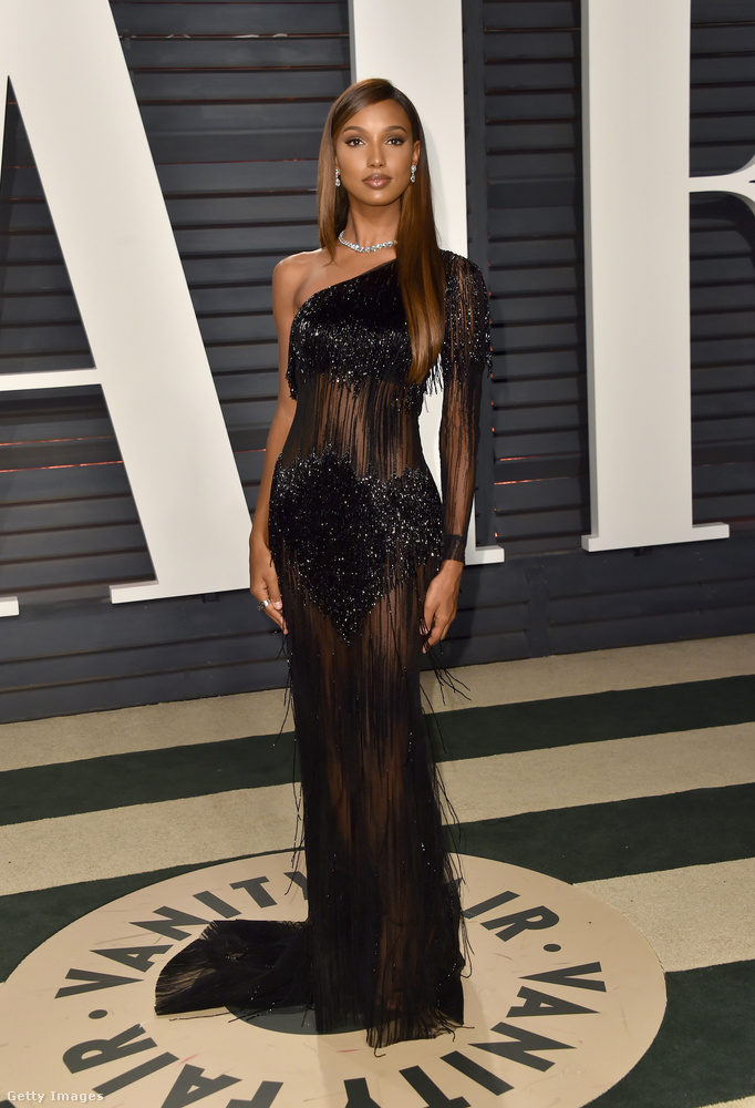 Áttetsző félvállas estélyi Jasmine Tookes modellen a Vanity Fair Oscar Partyn Beverly Hillsben.