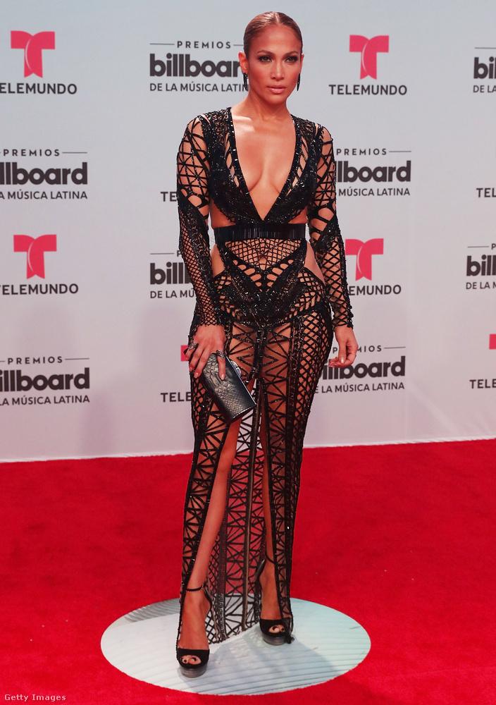 Tavasszal minden divat- és bulvárlap Jennifer Lopez pucérruhájával volt tele.