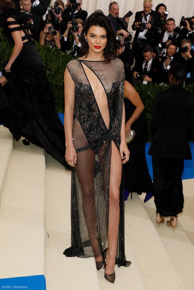 Kendall Jenner mell- és lábvillantós La Perla ruhában ment idén Met-gálázni.