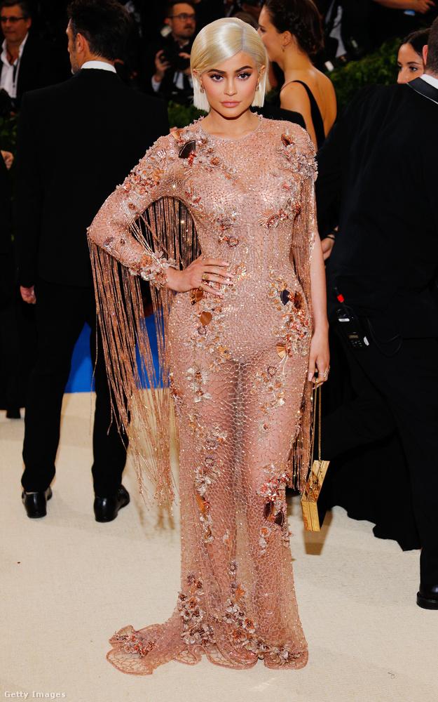 Kylie Jenner testszínű Versace estélyiben feszített a New York-i Met gálán.