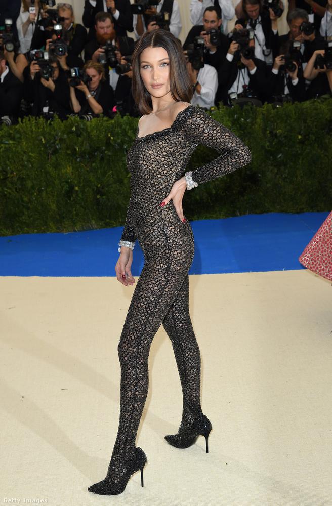 Bella Hadid macskanőnek öltözve jelent meg a Met-gálán.