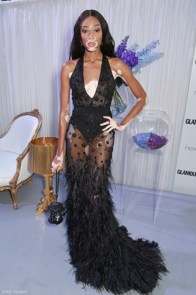 Winnie Harlow a Glamour Women of The Year díjátadóra is pucérruhában ment.