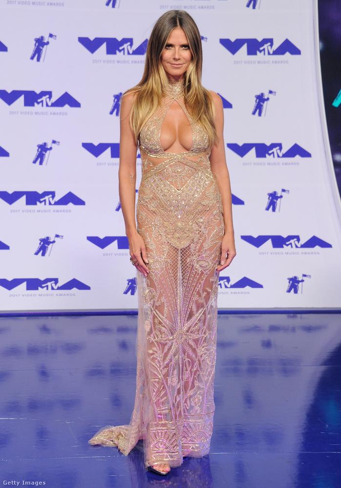 Heidi Klum testszínű ruhában a 2017-es MTV Video Music Awardson.