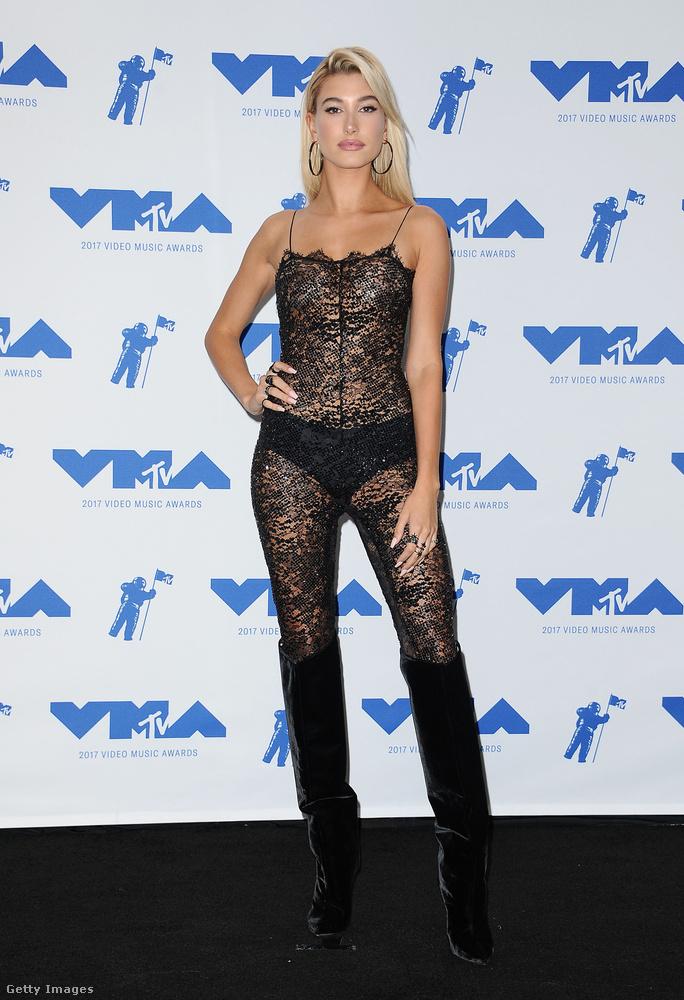 Nadrágos csipke szett Hailey Baldwinon az augusztusi MTV Video Music Awardson.