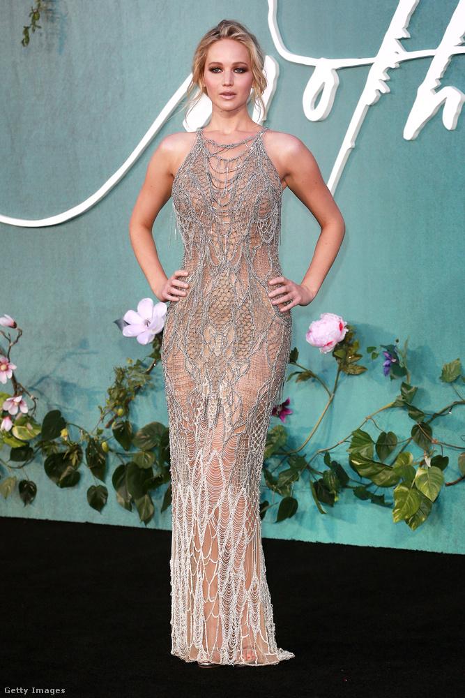 Ezüst pucérruha Jennifer Lawrencen egy londoni filmbemutatón.