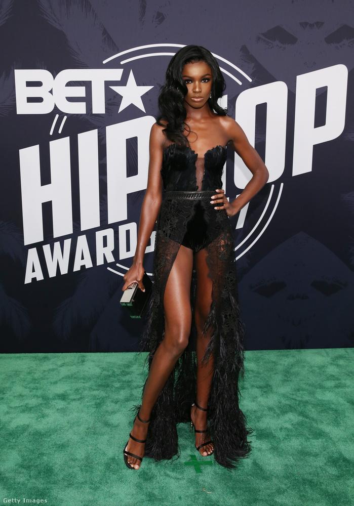 Lábvillantós fekete Leomie Anderson modellen Miamiban.