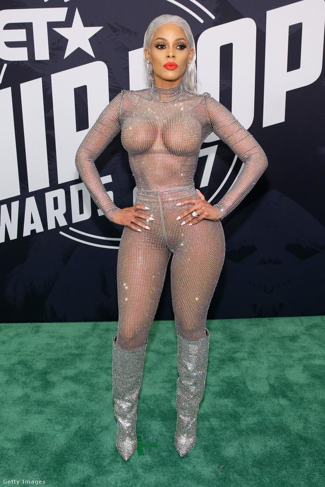 Keyshia Ka'oir modell egy többmilliós Saint Laurent csizmával dobta fel áttetsző kezeslábasát a floridai Hip Hop Awardson.