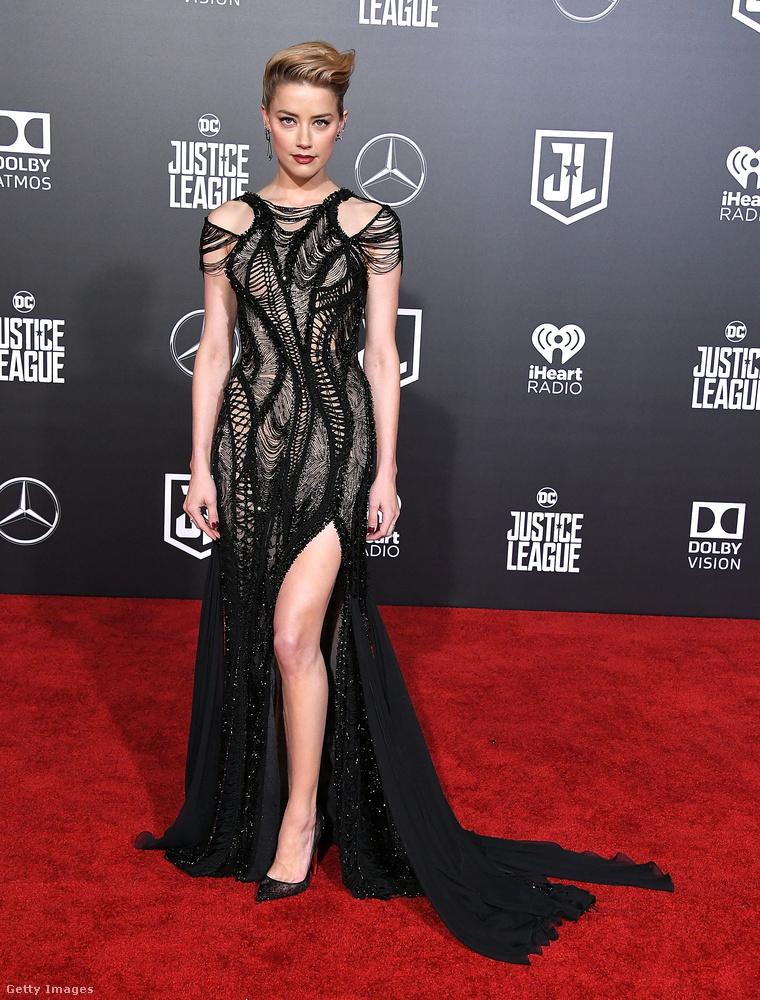 Amber Heard egy hollywoodi premieren villantott lábat idén novemberben.
