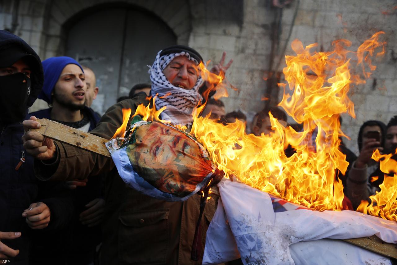 Izrael üdvözölte Trump bejelentését, amit az arab világban azonban elítéltek, és az Egyesült Államok legtöbb szövetségese sem helyeselt. Voltak tüntetések és zavargások Jeruzsálemben, Ciszjordániában és a Gázai övezetben is. Legalább 49-en megsérültek, miután izraeli rendőrök gumilövedéket, könnygázt és vízágyút vetettek be Jeruzsálemben, Betlehemben és Ramállahban. A tüntetők többször autógumikat is felgyújtottak, és kövekkel dobálták a rendőröket. A pénteki ima utánra újabb tüntetéseket vetítettek előre, de komolyabb összecsapások nem voltak.