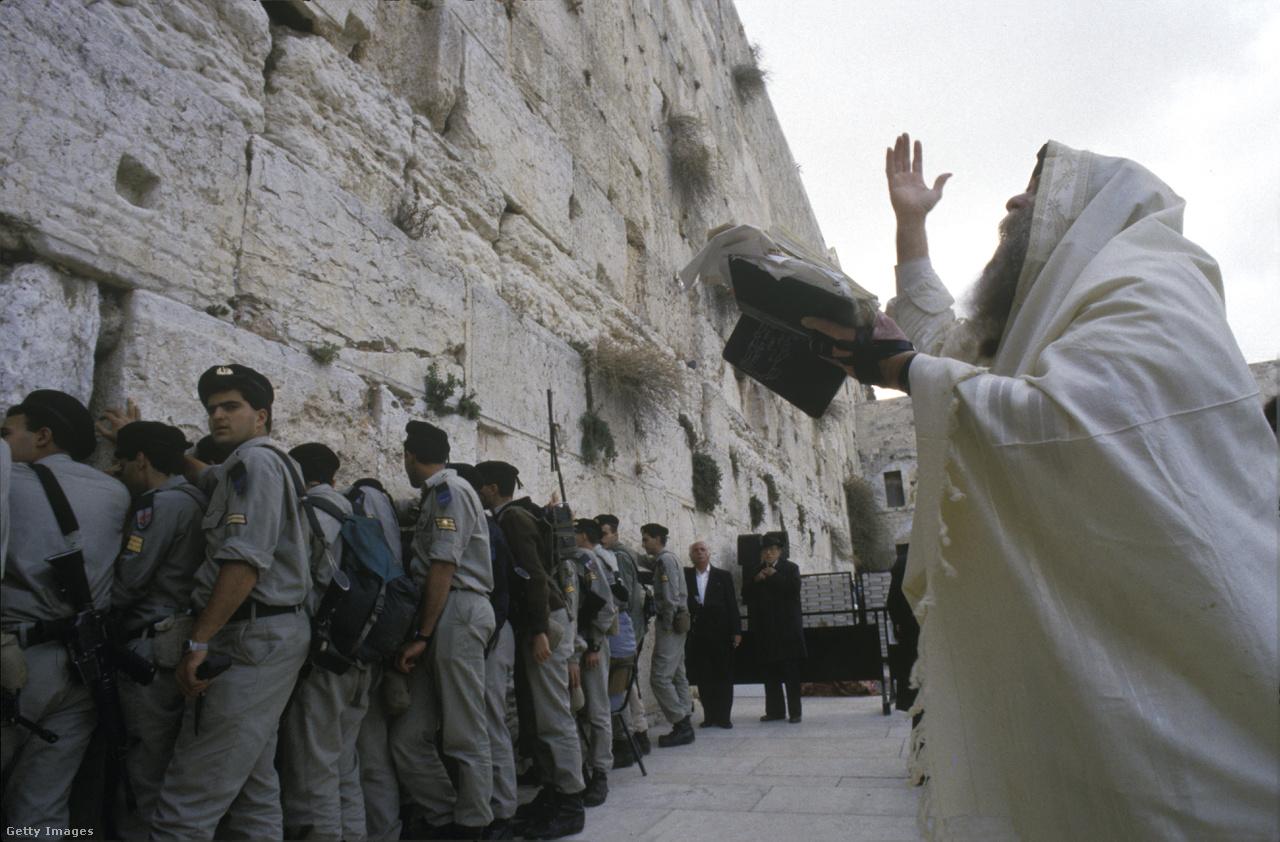 """A Menasem Begin vezette jobboldali Likud párt 1977-es győzelme után Jeruzsálem szimbolikus fontosságát még inkább kihangsúlyozták, majd 1980-ban elfogadtak egy törvényt is arról, hogy """"az egy és oszthatatlan Jeruzsálem Izrael fővárosa"""". A palesztinok viszont az 1967 előtti határokat alapul véve akarják elismertetni államukat Ciszjordánia, Gáza és Kelet-Jeruzsálem területén.                          1980-ig egy sor ország, köztük a CNN szerint Hollandia is Jeruzsálemben tartotta a nagykövetségét, azonban újabb költözések jöttek, miután az ENSZ Biztonsági Tanácsa egy határozatban elítélte Izraelt Kelet-Jeruzsálem megszállva tartása miatt. Végül 2006-ban Costa Rica és El Salvador volt az utolsó két ország, ami áthelyezte nagykövetségét Jeruzsálemből Tel-Avivba."""