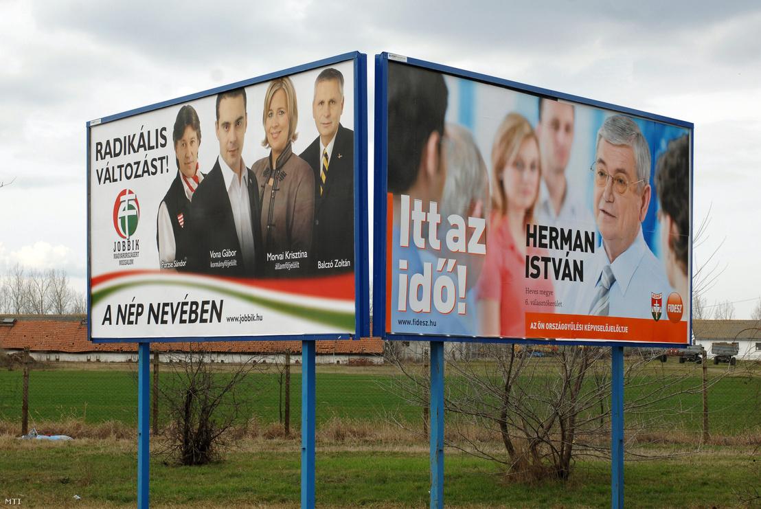 A Jobbik és a Fidesz választási óriásplakátja Maklár határában 2010. március 22-én