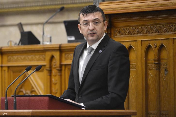 Domokos László az Állami Számvevőszék (ÁSZ) elnöke beszél a Magyarország 2016. évi központi költségvetéséről szóló törvényjavaslat valamint az ÁSZ-jelentés általános vitáján az Országgyűlés plenáris ülésén 2017. október 19-én.