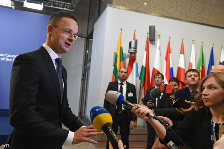 Szijjártó Péter külgazdasági és külügyminiszter nyilatkozik az ukrán sajtónak az EU-Ukrajna Társulási Tanács ülése napján Brüsszelben 2017. december 8-án.