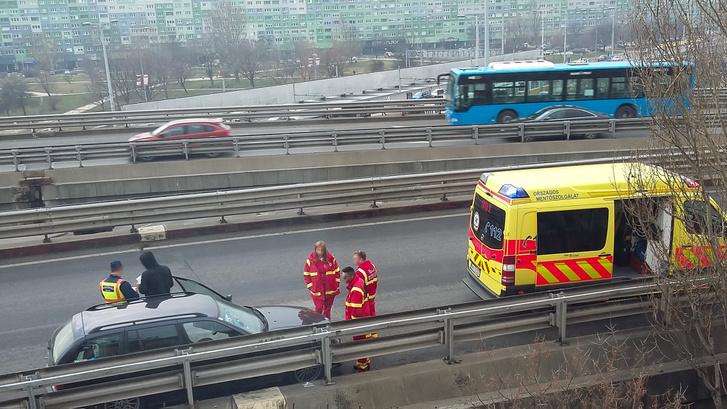 12:24-kor itt jártak a mentők. Állítólag a srácot elvitték CT-re, biztos ami biztos. Onnan nehéz trélert szervezni, ez tény