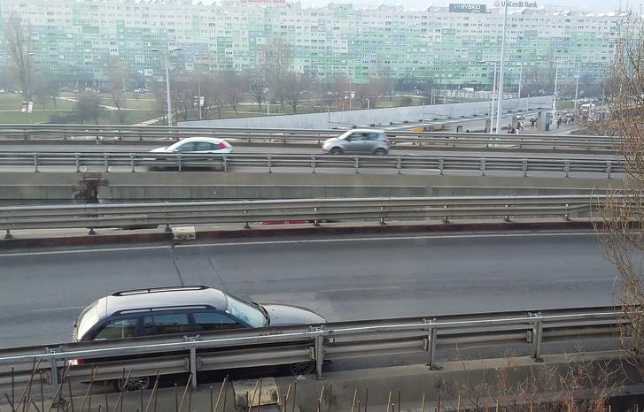 Ez a kép 14:19-kor készült, nem látszik, de a kanyar elején meg ott áll egy rendőrautó, hogy ne bombázzák le a Pestről érkezők a sérült autót