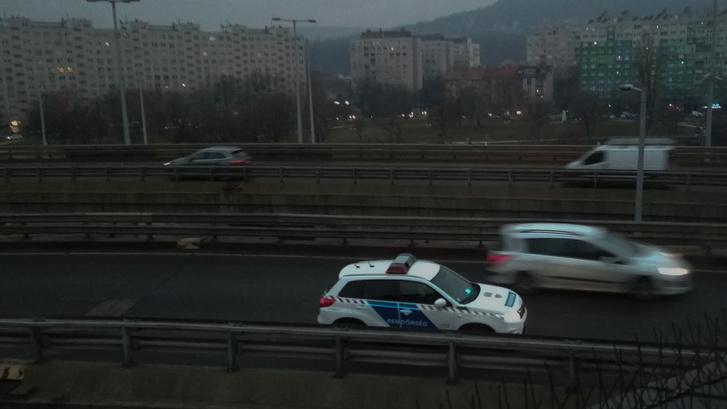 Este 16:39-kor is még itt álltak a rendőrök, jó délutánjuk volt