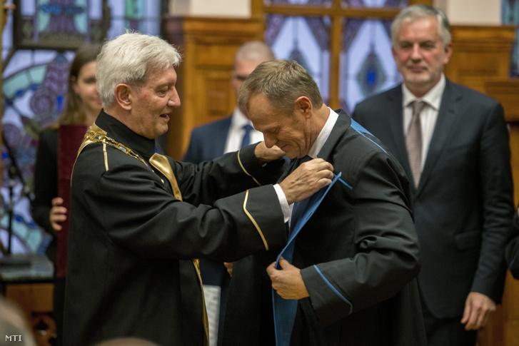 Bódis József, a Pécsi Tudományegyetem rektora (b) díszdoktorrá avatja Donald Tuskot, az Európai Tanács elnökét Pécsen 2017. december 8-án.