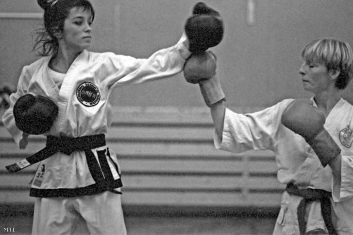 Budapest 1984. október 5. Engrich Mariann (b) válogatott karatés készül az október 20-21-én Budapesten megrendezésre kerülõ Taekwon-Do Karate Európa Bajnokságra.